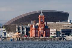 Pierhead byggnad och Wales milleniummitt i Cardiff arkivfoto