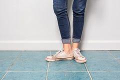 Pierna asiática de la muchacha con la moda de la mezclilla con los zapatos viejos Imagen de archivo libre de regalías