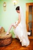 Pierna de la novia con la liga blanca Imagen de archivo