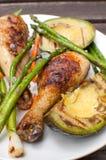 Pierna de pollo, aguacate y espárrago asados a la parrilla Foto de archivo libre de regalías