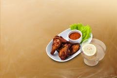 Pierna de pollo asada a la parrilla con la salsa Fotos de archivo libres de regalías