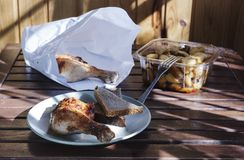 Pierna de pollo con las patatas fritas Imagenes de archivo