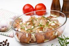 Pierna de pollo cruda adobada con la salsa, las especias y las hierbas de soja Fotos de archivo