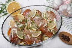 Pierna de pollo cruda adobada con la salsa, las especias y las hierbas de soja Fotografía de archivo