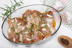 Pierna de pollo cruda adobada con la salsa, las especias y las hierbas de soja Fotos de archivo libres de regalías