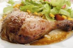 Pierna de pollo de carne asada con la ensalada Fotografía de archivo