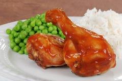 Pierna de pollo del primer con la salsa y los guisantes de barbacoa Fotografía de archivo libre de regalías