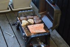 Pierna de pollo frito con las fritadas y la ensalada Imagenes de archivo