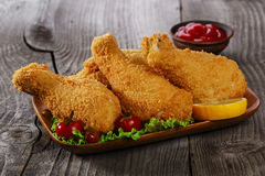 Pierna de pollo frito en migajas de pan Imagenes de archivo