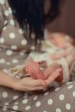Pierna del bebé imagenes de archivo