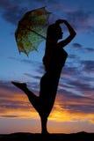 Pierna del paraguas de la mujer de la silueta para arriba Fotos de archivo libres de regalías