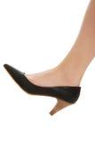 Pierna femenina atractiva en zapatos clásicos Fotos de archivo libres de regalías
