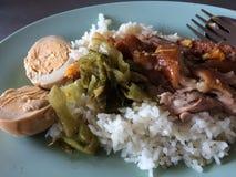 Pierna guisada del cerdo en el arroz Foto de archivo