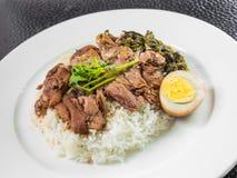 Pierna guisada del cerdo en el arroz con el huevo y el coto hervidos Fotos de archivo libres de regalías