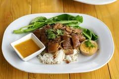 Pierna guisada del cerdo en el arroz con el huevo hervido fotografía de archivo libre de regalías