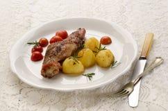 Pierna y patata asadas a la parrilla del conejo Foto de archivo libre de regalías