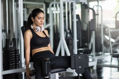 Piernas asiáticas del ejercicio de la mujer en gimnasio imágenes de archivo libres de regalías