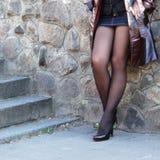 Piernas atractivas bien proporcionadas de una muchacha atractiva joven Fotos de archivo libres de regalías