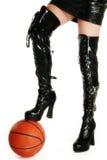 Piernas atractivas con baloncesto Imágenes de archivo libres de regalías