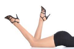 Piernas atractivas de la mujer con las medias y talones que destacan Imagen de archivo