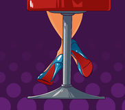 Piernas atractivas de la mujer que permanecen en una silla de la barra Imagen de archivo