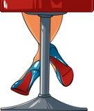 Piernas atractivas de la mujer que permanecen en una silla de la barra Fotografía de archivo libre de regalías