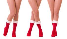 Piernas atractivas en el calcetín de Papá Noel fotografía de archivo libre de regalías