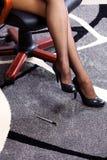 Piernas atractivas y atractivas de la mujer de negocios Fotos de archivo libres de regalías