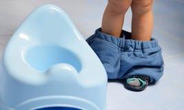 Piernas azules del potty y de los boycon los pantalones abajo fotos de archivo
