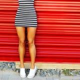 Piernas bronceadas atractivas de la mujer joven Cierre para arriba Foto de archivo