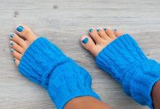 Piernas con pedicure azul Foto de archivo libre de regalías