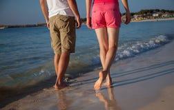 Piernas de caminar del hombre joven y de la mujer Fotografía de archivo libre de regalías