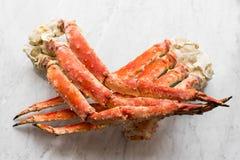 Piernas de cangrejo de la nieve en un mármol ligero Foco selectivo Imagenes de archivo
