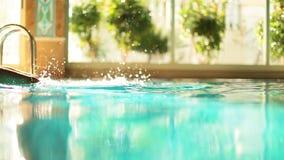 Piernas de Emale en una piscina Movimiento enmascarado almacen de metraje de vídeo