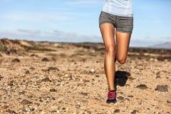 Piernas de funcionamiento del corredor de la mujer del atleta del rastro del verano fotografía de archivo libre de regalías