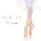 Piernas de la bailarina. Zapatos de ballet. Pointe Imagen de archivo libre de regalías