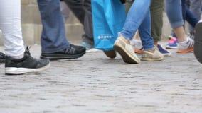 Piernas de la gente de la muchedumbre que camina en la calle en la cámara lenta almacen de video
