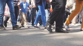 Piernas de la gente de la muchedumbre que camina en la calle Primer de los pies de la muchedumbre almacen de metraje de vídeo