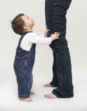 Piernas de la madre que hace una pausa del bebé Imagen de archivo