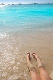 Piernas de la muchacha de los niños en orilla de la arena de la playa Fotografía de archivo libre de regalías