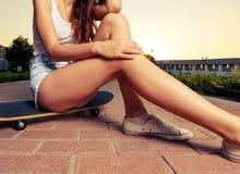 Piernas de la muchacha del skater Imagen de archivo