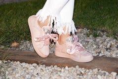 Piernas de la mujer con las zapatillas de deporte Imagenes de archivo