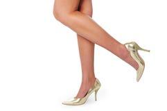 Piernas de la mujer con los altos talones Imagen de archivo