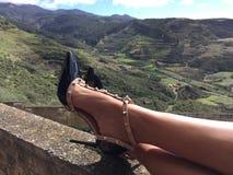 Piernas de la mujer con los zapatos Imágenes de archivo libres de regalías