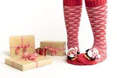 Piernas de la mujer de Papá Noel Concepto de las compras de la Navidad Caja de regalo de Navidad Imagenes de archivo