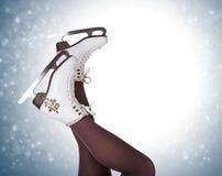Piernas de la mujer en botas del patinaje de hielo Imágenes de archivo libres de regalías