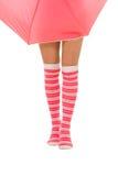Piernas de la mujer en calcetines rojos del color con el isolat del paraguas Fotos de archivo