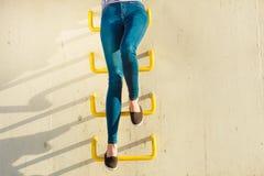 Piernas de la mujer en el estilo sport de los pantalones del dril de algodón al aire libre Imágenes de archivo libres de regalías