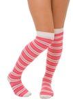 Piernas de la mujer en los calcetines del color de rosa del color aislados Fotos de archivo