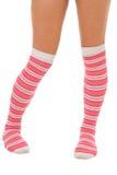 Piernas de la mujer en los calcetines del color de rosa del color aislados Fotos de archivo libres de regalías